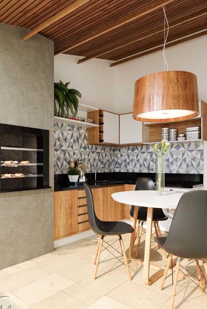 Área gourmet pequena com churrasqueira e decoração moderna