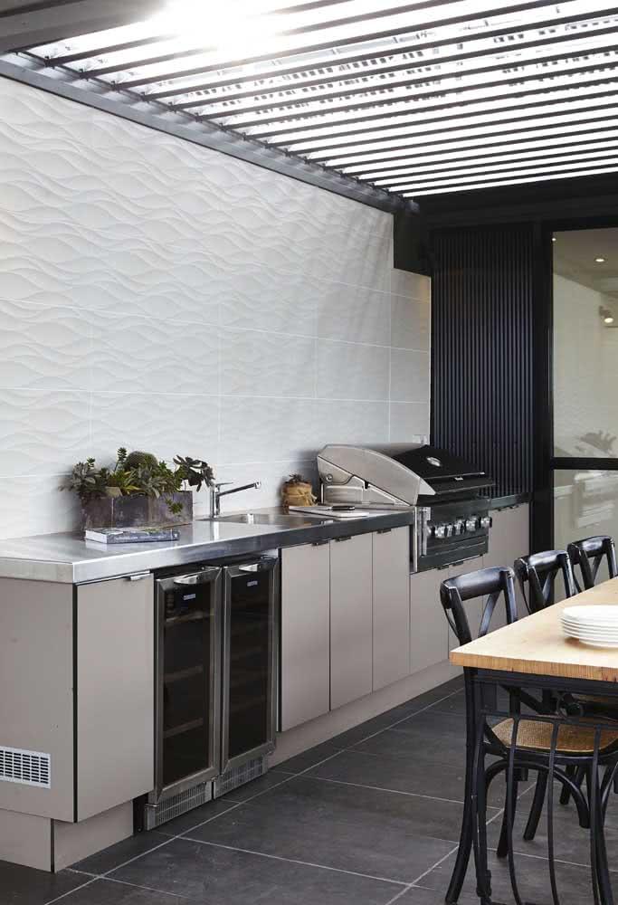 O teto retrátil mantem a temperatura e a luminosidade sob controle na área gourmet