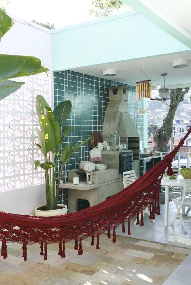 Área gourmet também combina com descanso, para isso, nada melhor do que uma rede