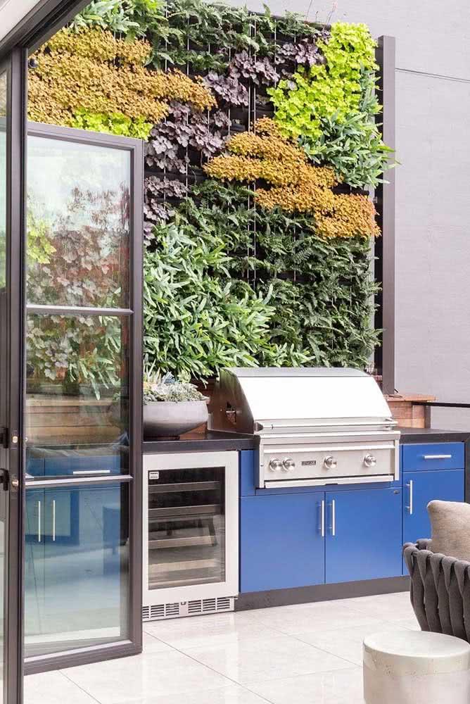 Aqui, o jardim vertical garantiu o toque de natureza e frescor para a área gourmet pequena