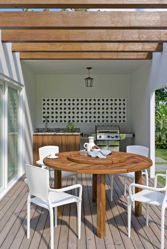 Área gourmet pequena com móveis de madeira