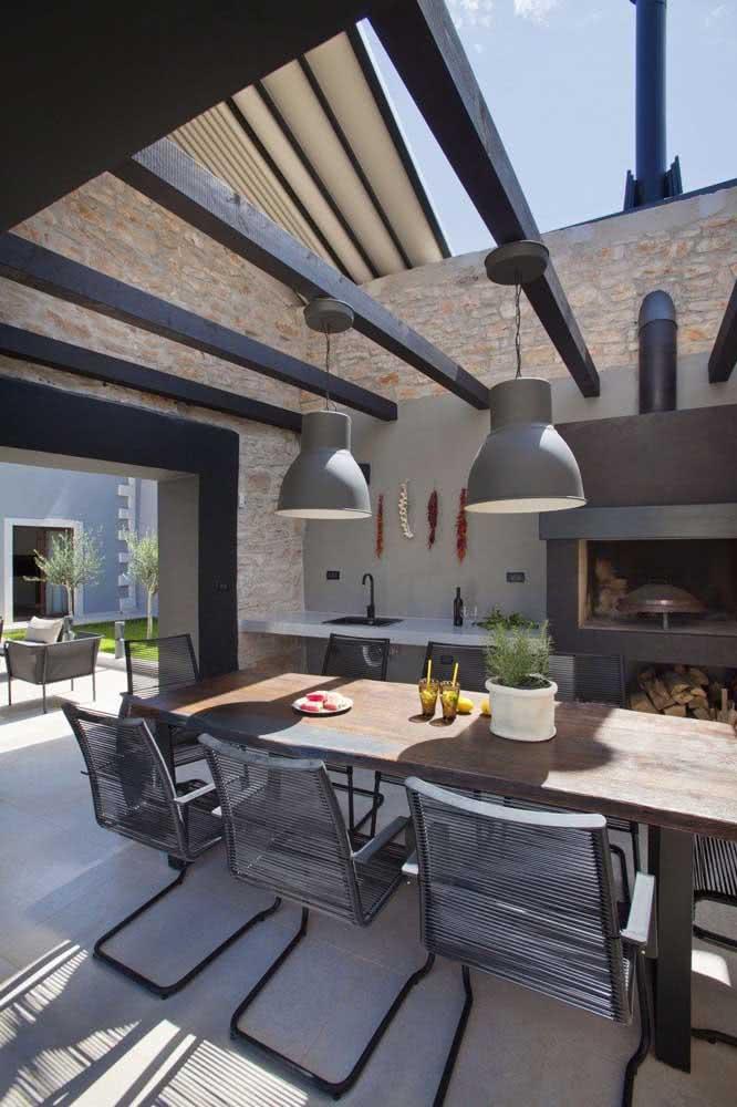 Nessa área gourmet pequena a luz natural foi valorizada pelo uso do telhado retrátil