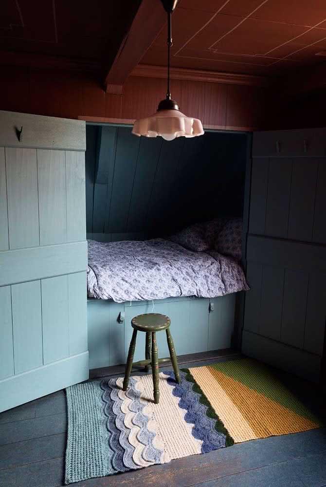 Tapete de crochê para quarto de solteiro com detalhes de babado e mix de cores