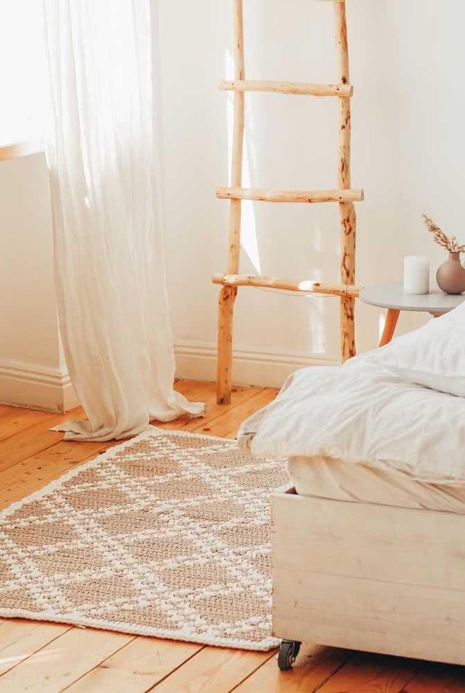 O quarto de estilo boho fica perfeito com o tapete de crochê