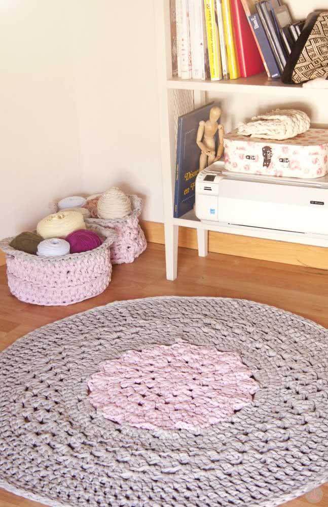 O tapete de crochê redondo combina super bem em quartos infantis