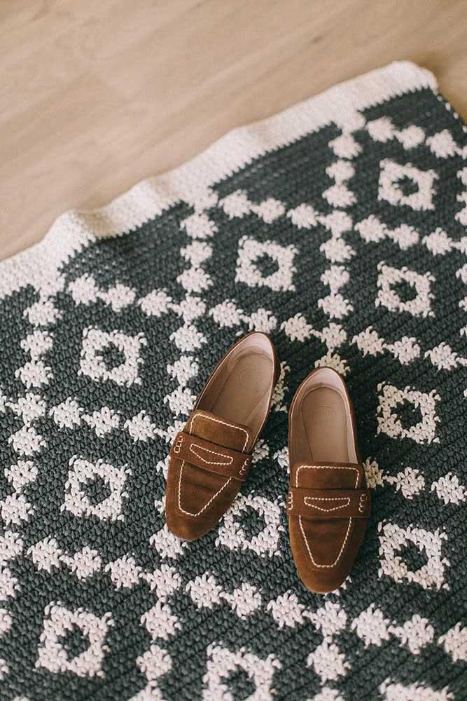 Combine cores neutras para o tapete de crochê