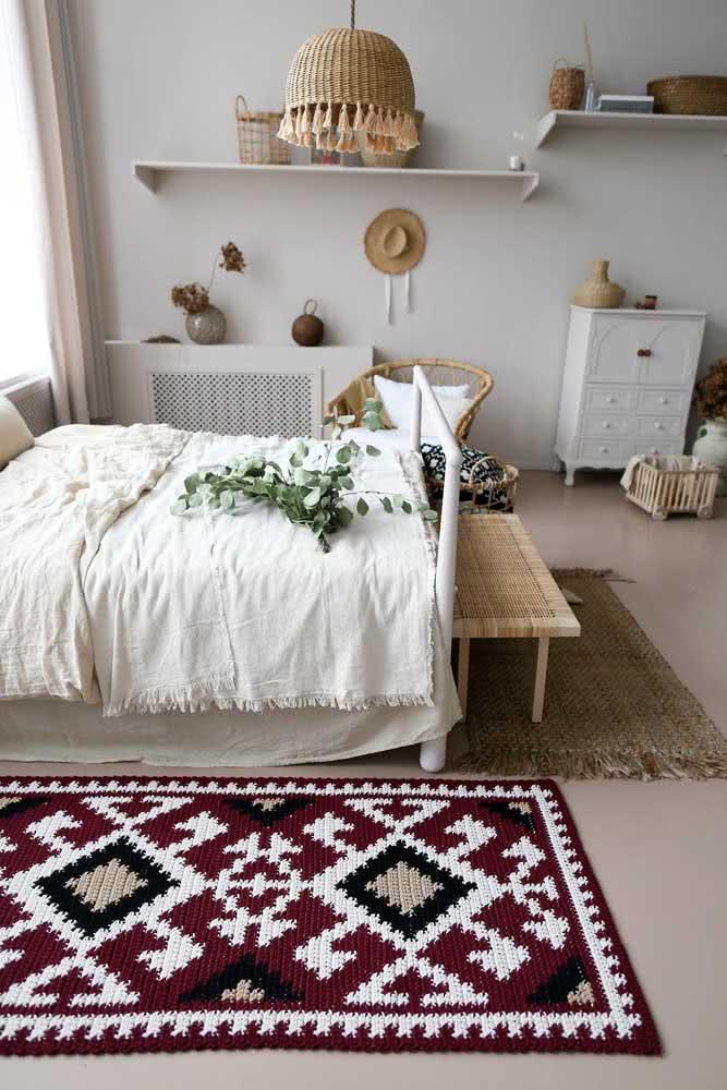 O quarto de cores neutras estava pedindo por um tapete de crochê colorido