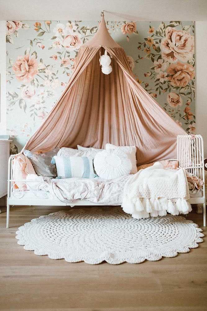 O quarto romântico e delicado ficou completo com o tapete de crochê redondo