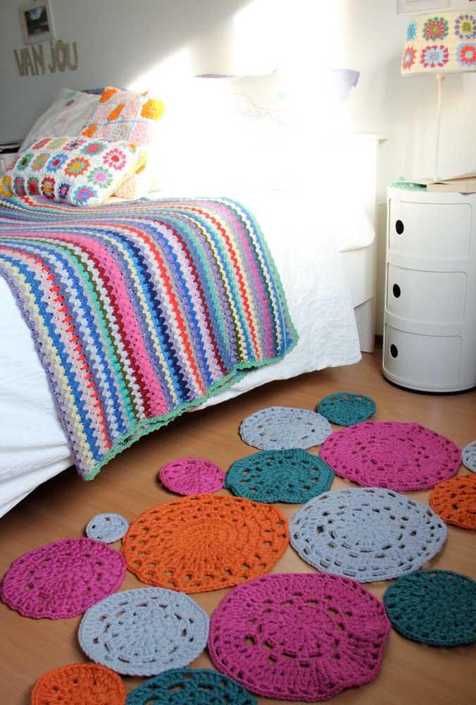 Círculos unidos para formar um tapete de crochê criativo