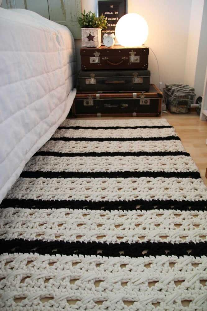 Tapete de crochê para a lateral da cama em um combinado de preto e branco bem moderno