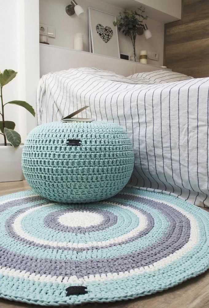 Os tons de azul no tapete trazem calmaria para o quarto