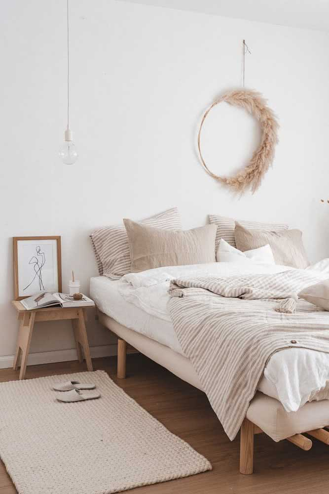 Tapete de crochê em barbante cru para o quarto de casal. Repare que ele segue a paleta de cores do ambiente