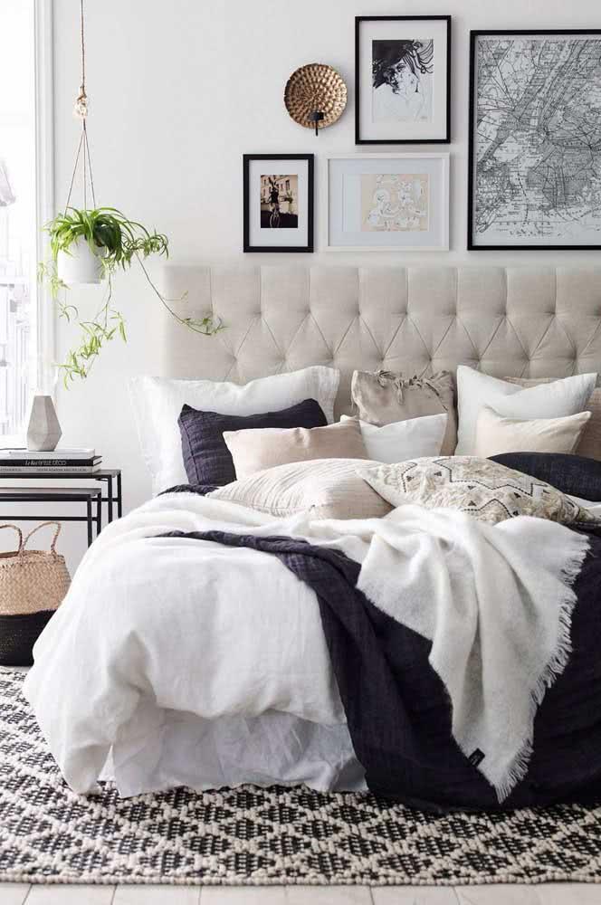Tapete de crochê em preto e branco igual a decoração do quarto