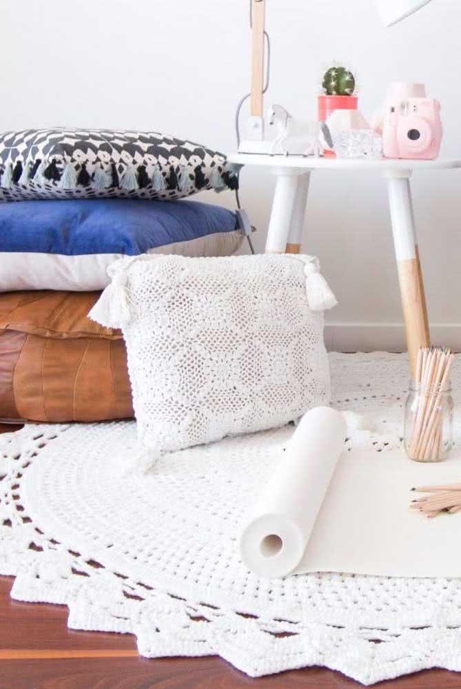 Com um pouco mais de ousadia é possível até apostar em um tapete branco de crochê