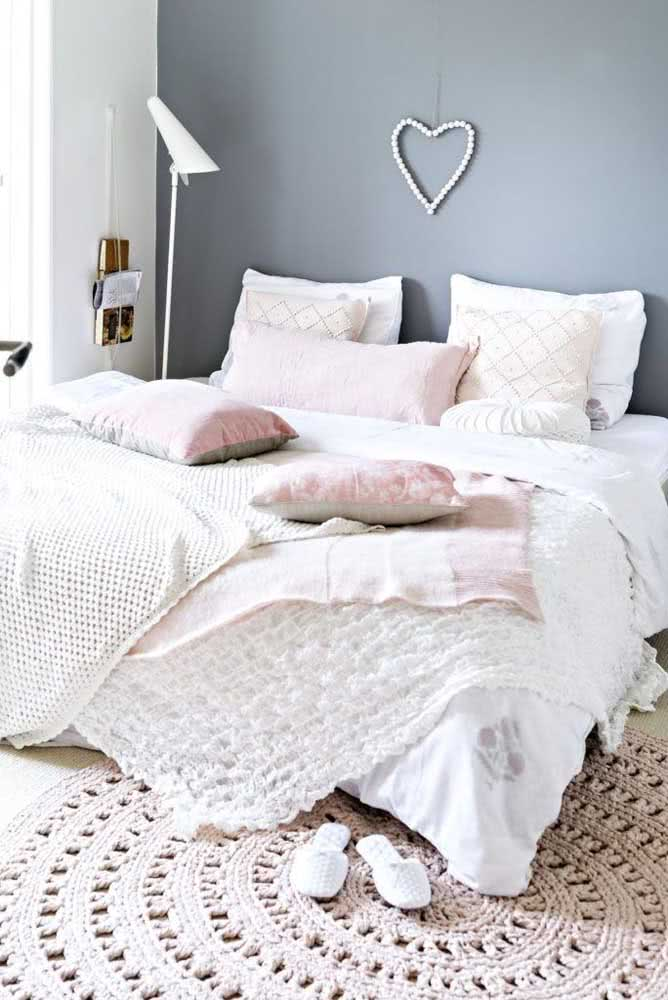 Tapete de crochê neutro combinando com a paleta do quarto