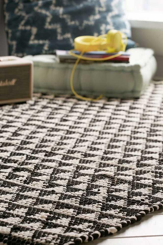 Tapete de crochê com triângulos em preto e branco