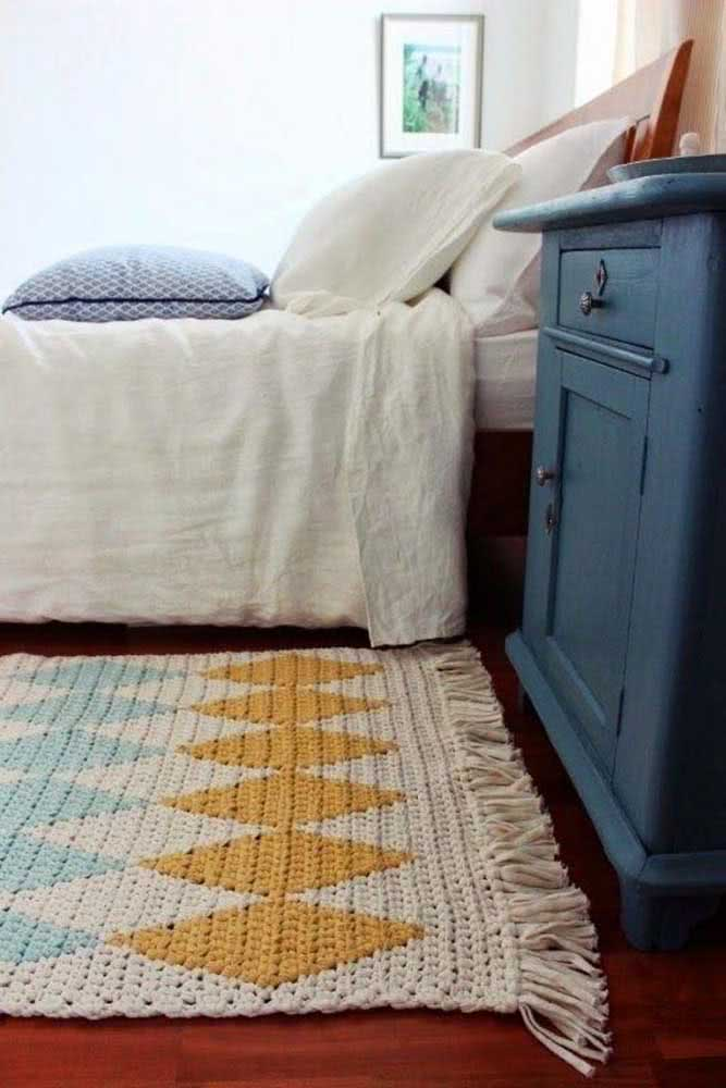 Tapete de crochê em barbante cru lindamente decorado com losangos coloridos