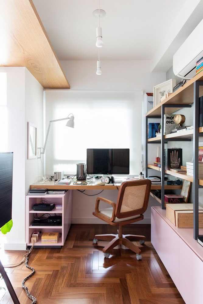 O modelo de palhinha traz um toque rústico ao home office