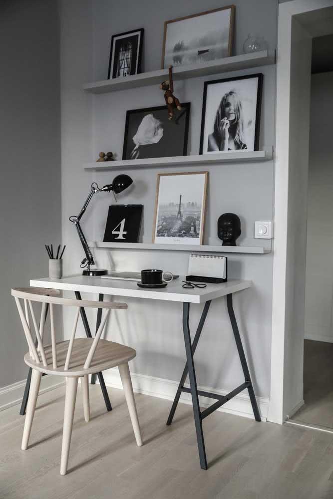 Home office minimalista com cadeira de madeira clara
