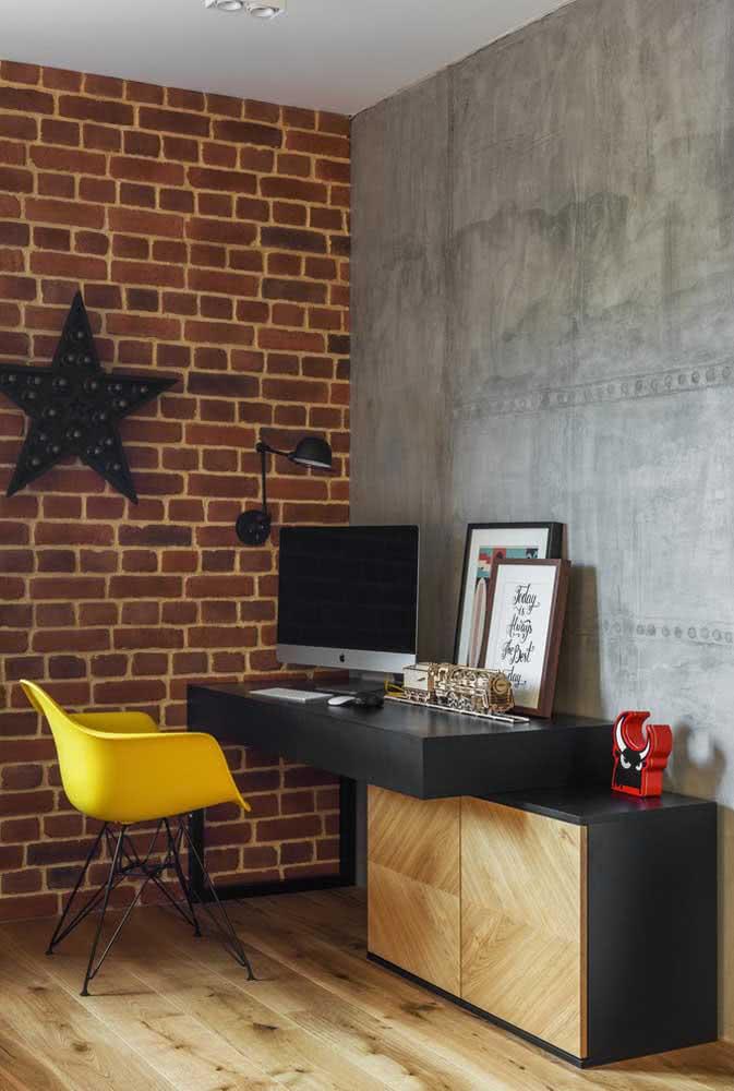 O home office descolado exibe uma cadeira Eames amarela