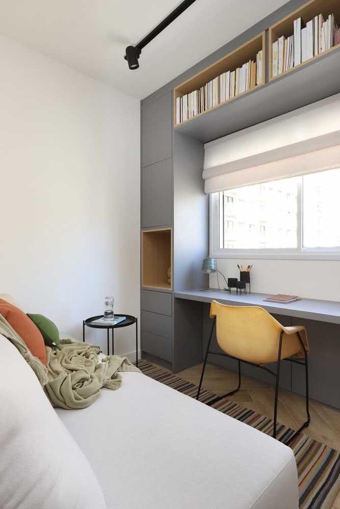 Home office simples com cadeira confortável e funcional