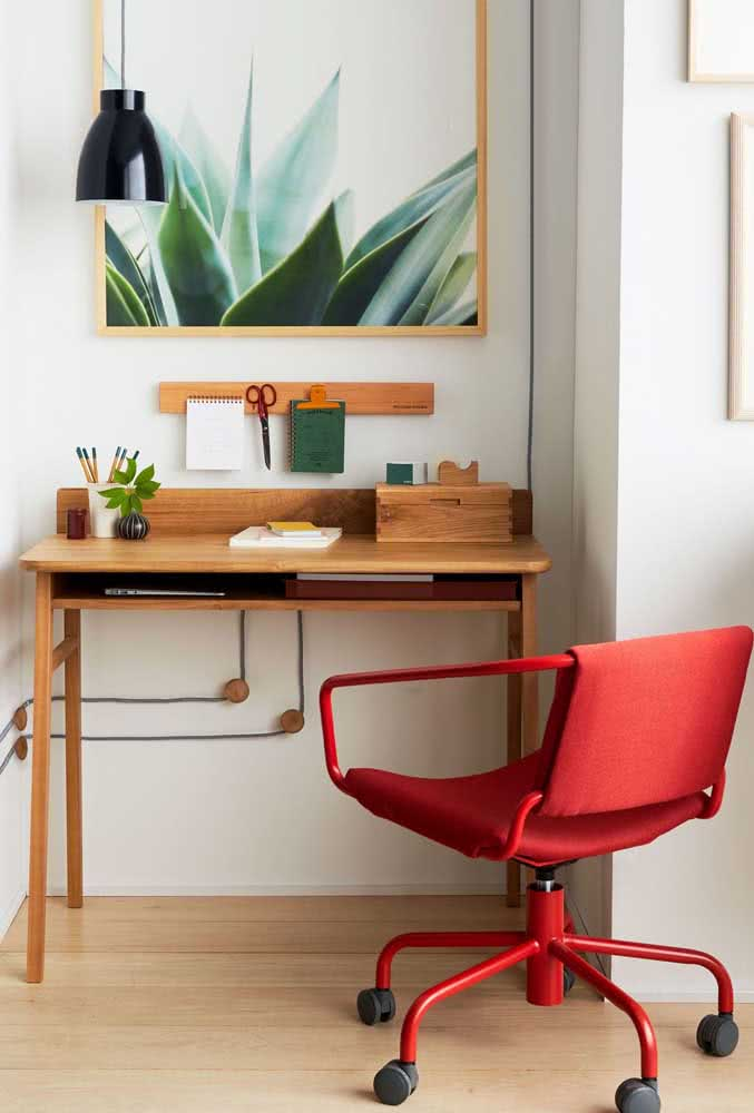 Uma cadeira vermelha para home office nenhum passar despercebido