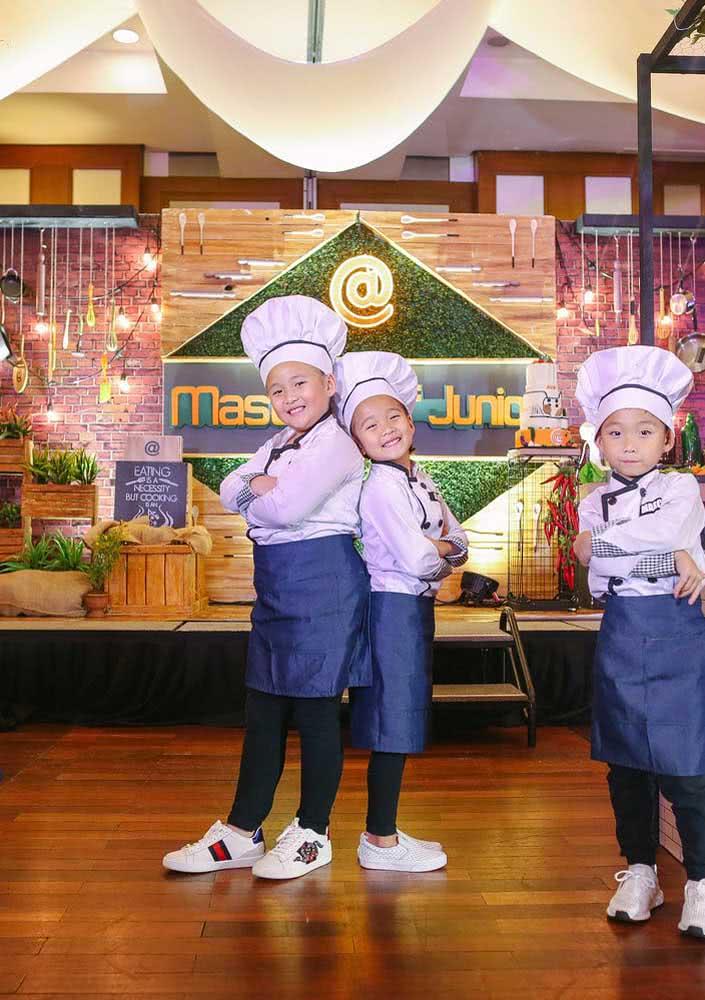 Tema de festa infantil Masterchef com mesa de bolo que simula o cenário do programa