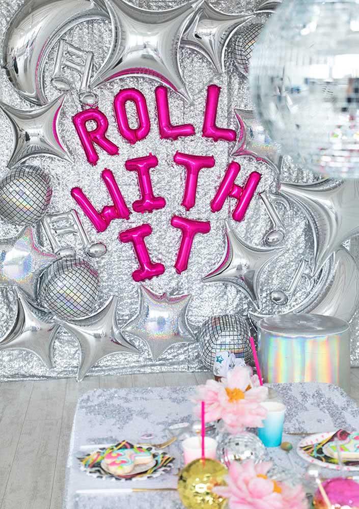 Os balões prata dão o tom da festa disco