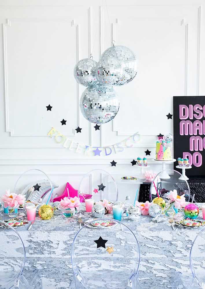 A festa infantil disco é glamorosa e cheia de brilho