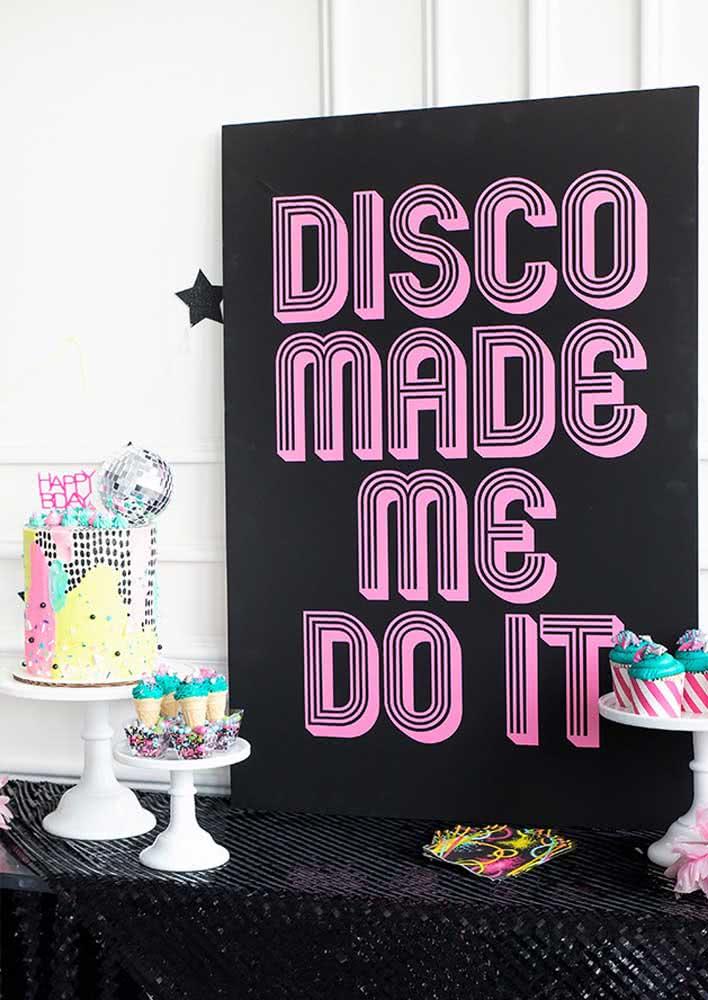 Os docinhos e quitutes da festa disco também seguem a paleta de cores do tema