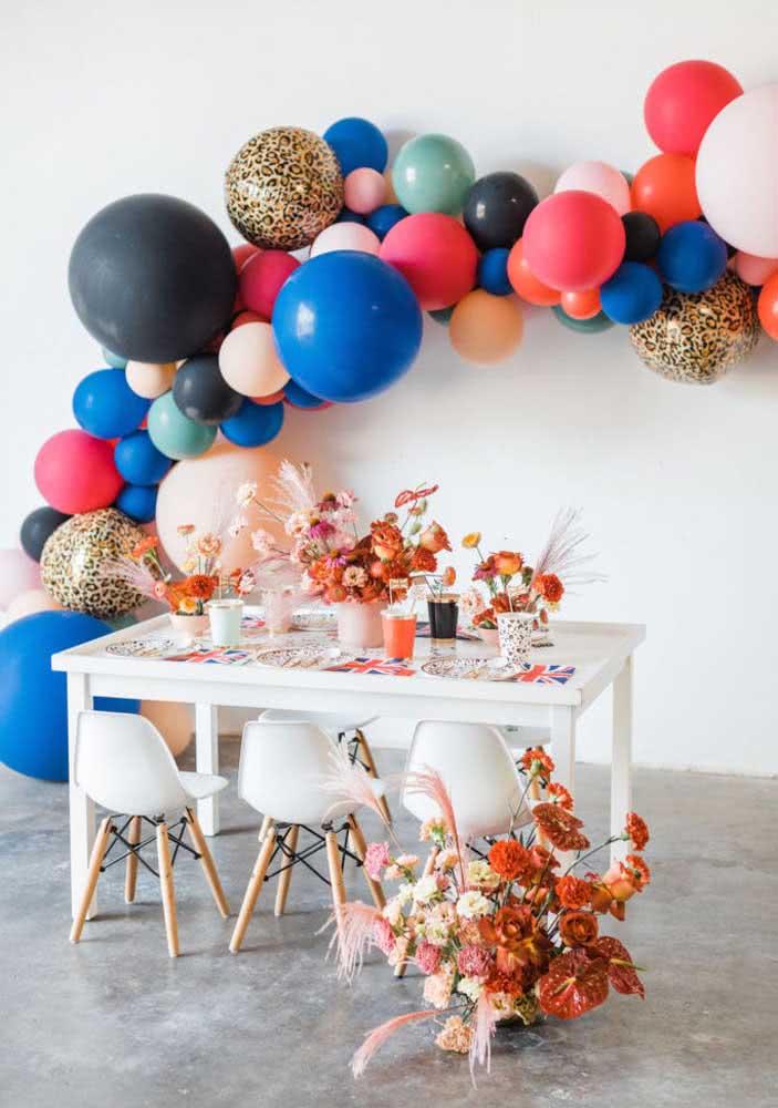 Balões coloridos e flores completam a decoração despojada