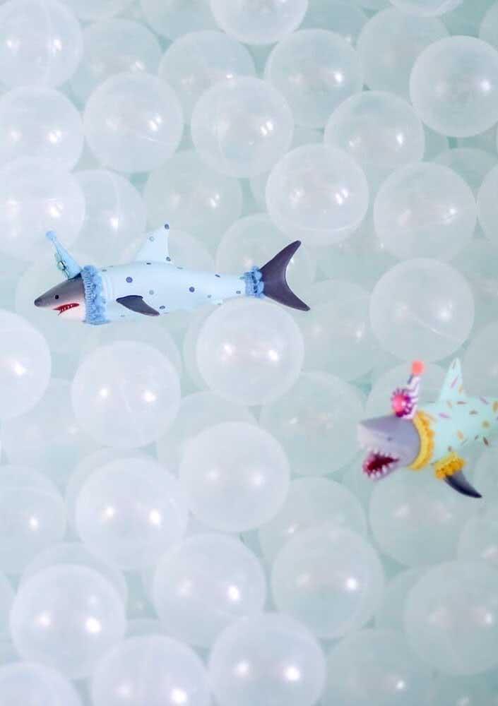E dentro da piscina não podem faltar os tubarões