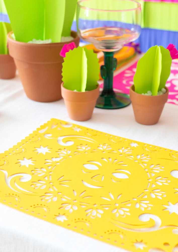 O jogo americano colorido complementa a decoração da mesa