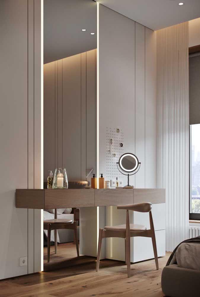 Espelho camarim com fita de LED ocupando toda extensão vertical da parede. Para completar, um mini espelho na bancada