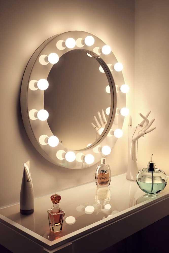 Junto do espelho camarim coloque seus perfumes e bijuterias, além, é claro, da maquiagem