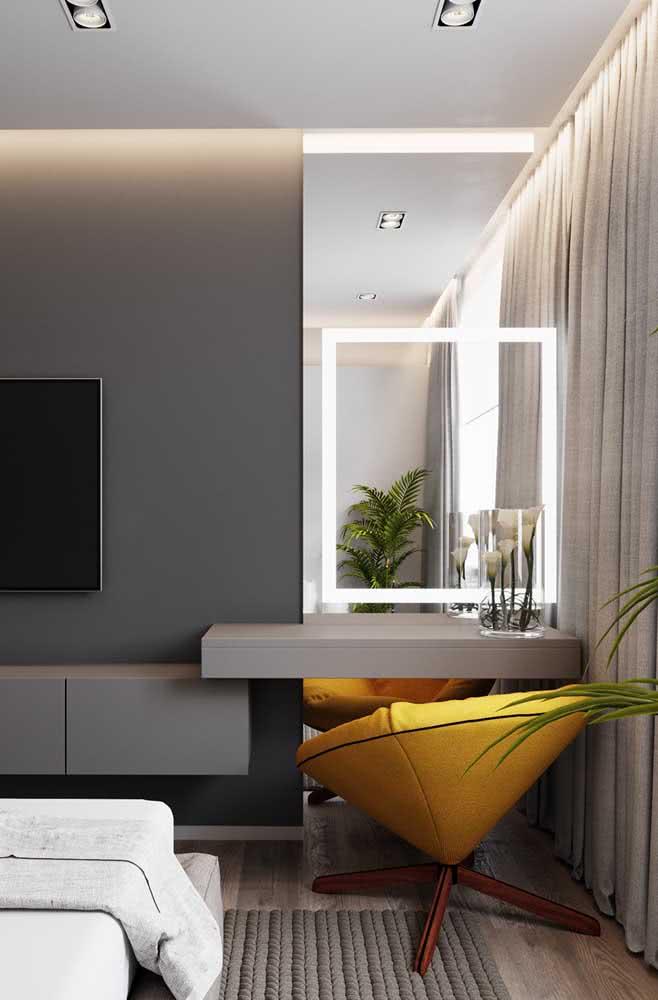 A poltrona confortável completa o visual do espelho camarim