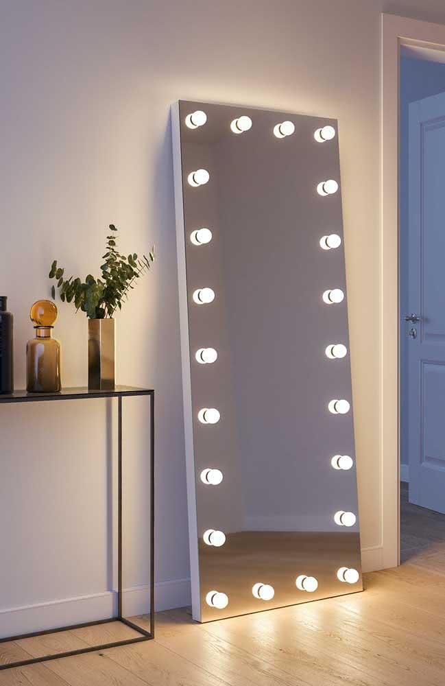 Espelho camarim vertical apoiado no chão: um jeito despojado e moderno de usar o objeto