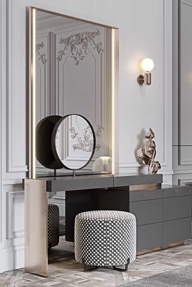 O quarto sofisticado também apostou na praticidade do espelho camarim