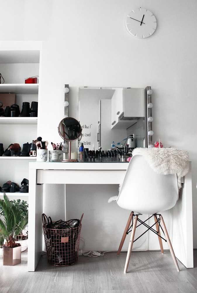Espelho camarim apoiado sobre a mesinha do quarto. Uma ótima ideia de faça você mesmo