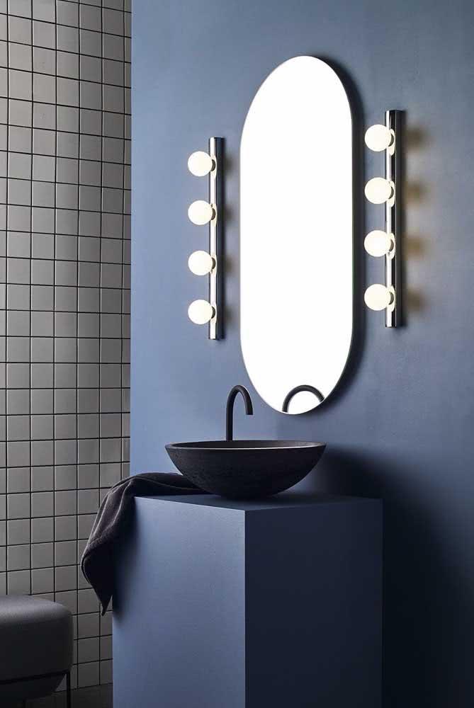 Espelho camarim no banheiro moderno. As luzes laterais são as mais indicadas para esse tipo de espelho