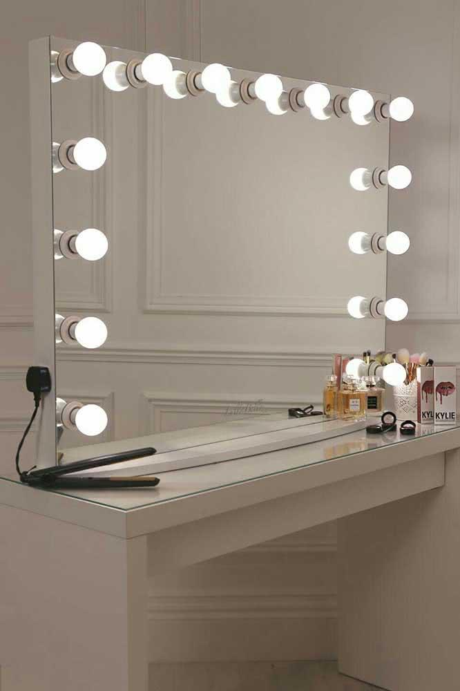 O local onde o espelho camarim será instalado precisa de uma tomada por perto
