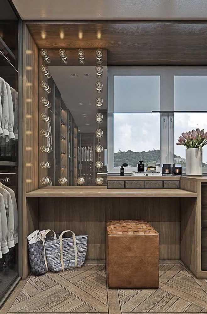 O móvel amadeirado ganhou um toque de glamour com o espelho camarim