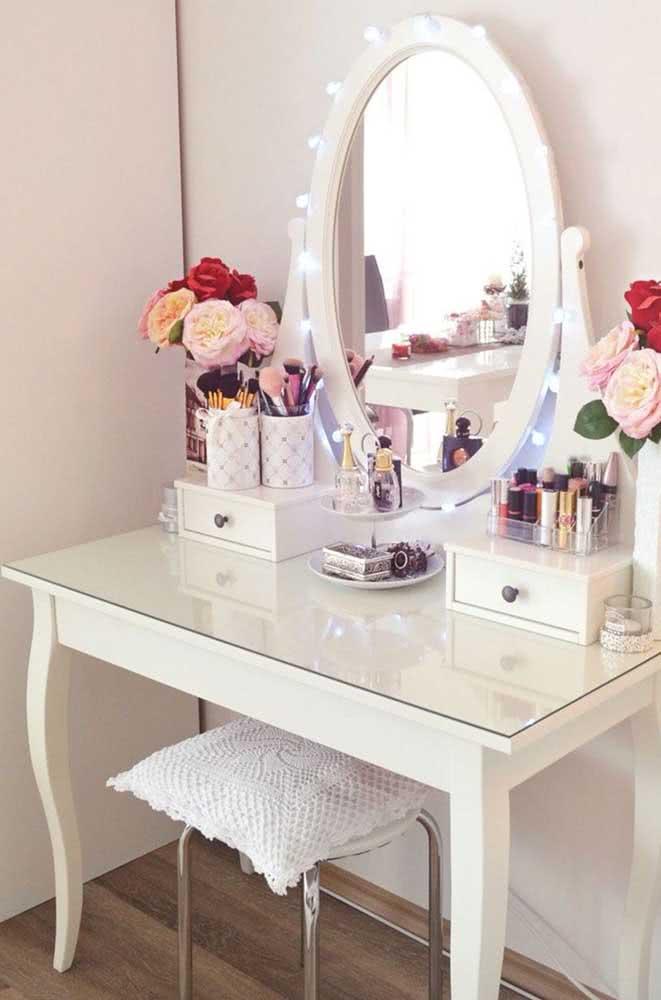 As flores trazem aquele toque feminino e gracioso que super combina com o estilo do espelho camarim
