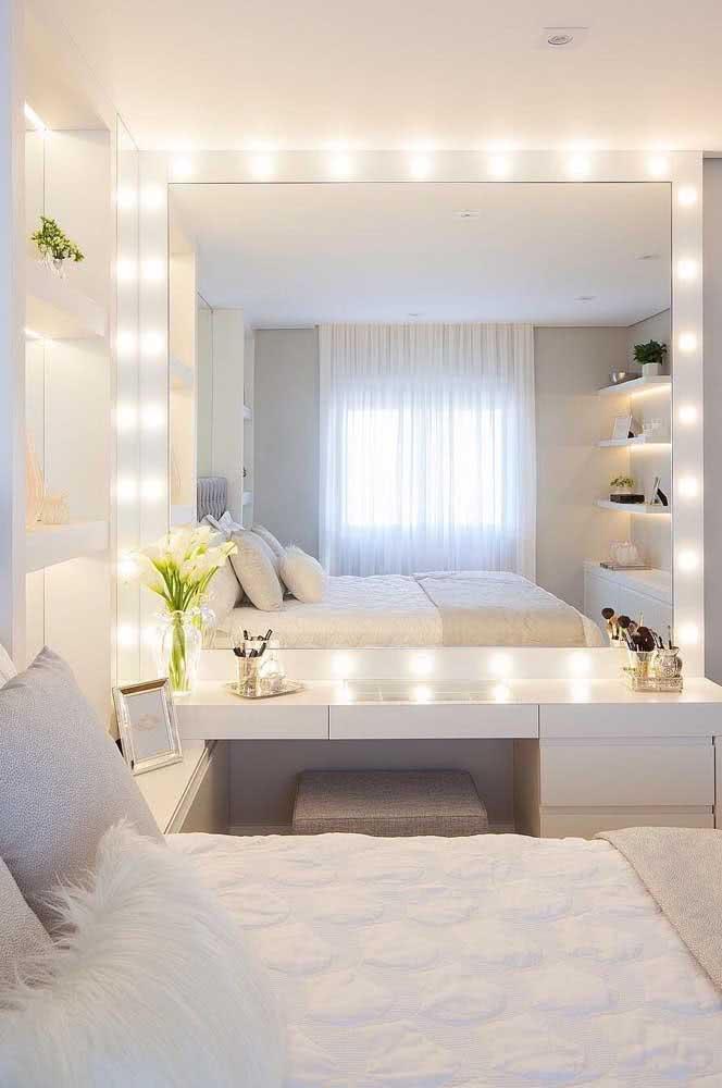 O quarto clean ficou perfeito com a penteadeira e o espelho camarim iluminados