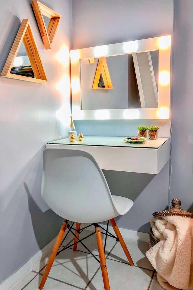 Espelho camarim retangular ocupando o espaço certinho da parede