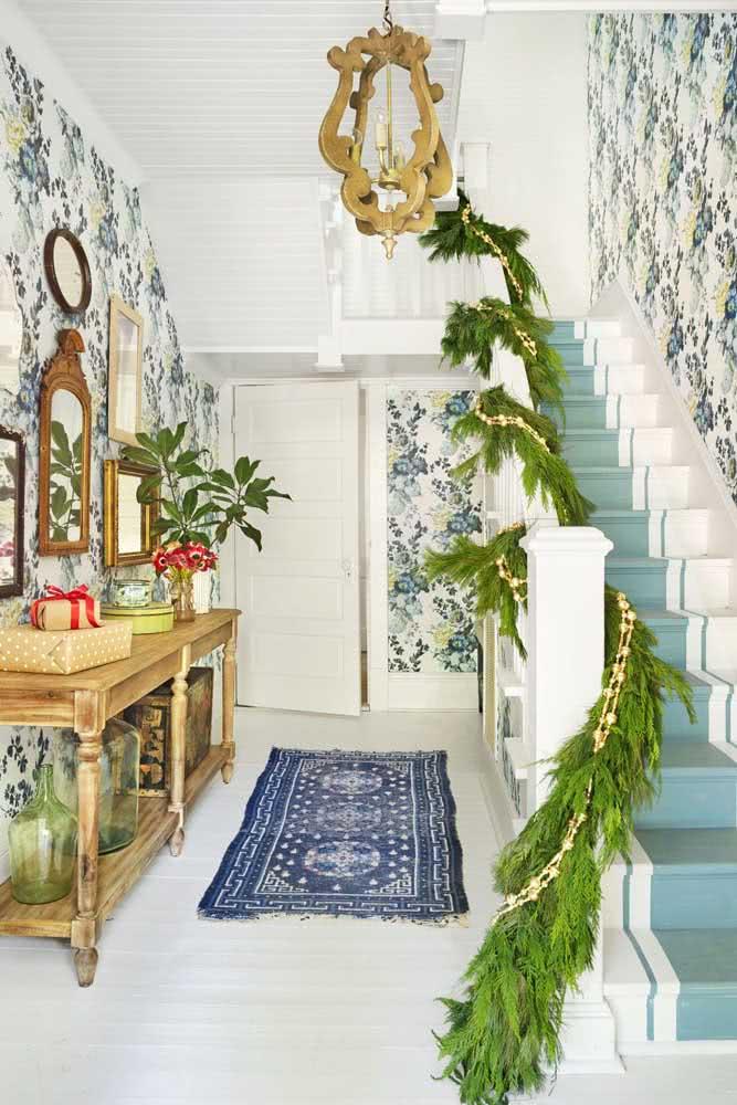 Festão de natal decorando o corrimão da escada. Ideia simples, bonita e barata