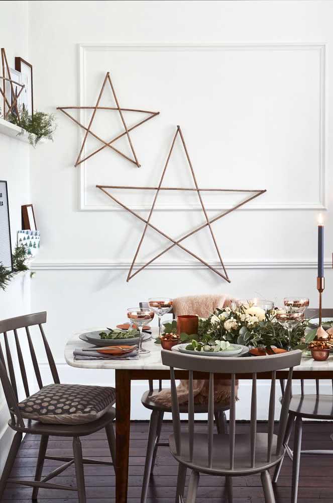 Mesa de natal decorada com festão e flores