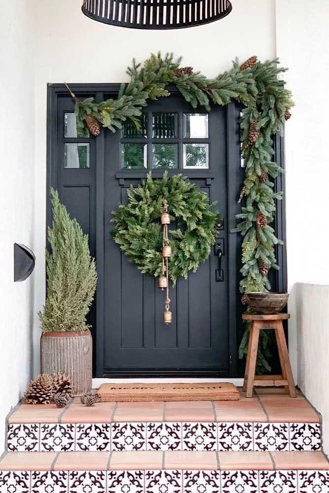 Decoração de natal na porta de entrada. Aqui, o festão forma o arco e a guirlanda