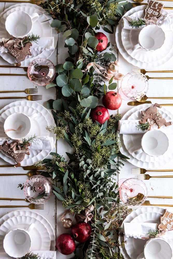 Mesa posta decorada com festão de natal natural