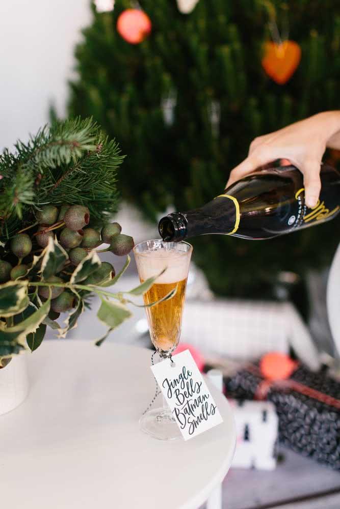 Seja moderna, clássica ou tradicional, a decoração de natal sempre fica completa com o festão